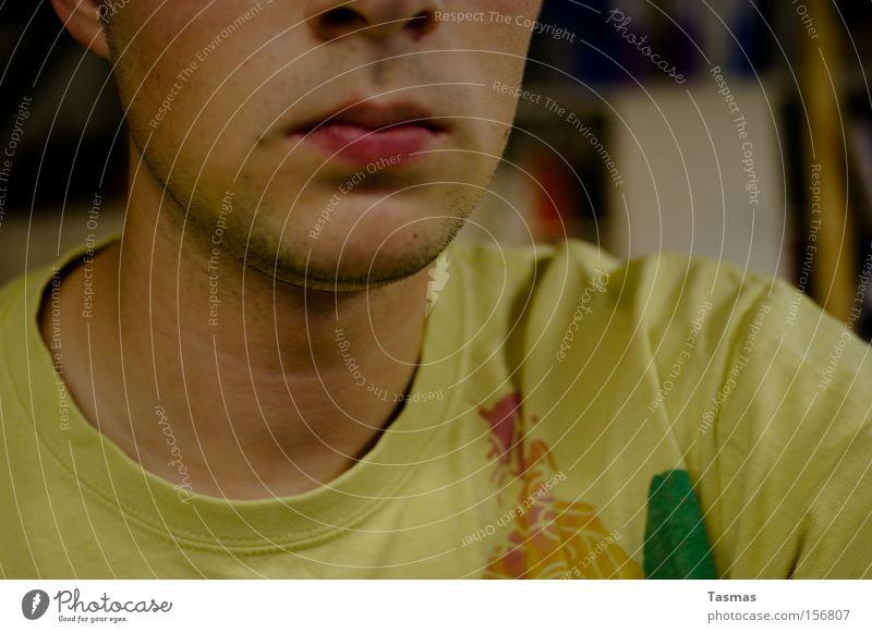 Portraitur eines 3-Tage-Bartes Mann Erwachsene Ohr Nase Mund T-Shirt Dreitagebart genießen self Anschnitt Farbfoto Innenaufnahme Nahaufnahme Blick in die Kamera