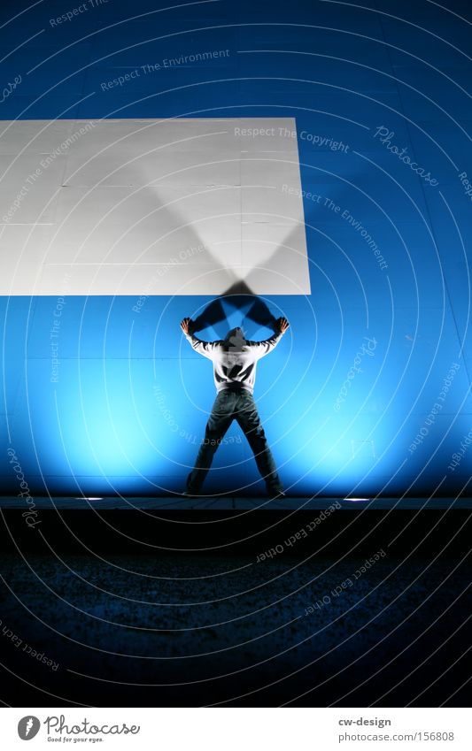 BLAUKRAUT BLEIBT BLAUKRAUT Mensch Mann weiß blau Wand Angst maskulin Fassade Schatten Held Panik Lichtkegel X-Men