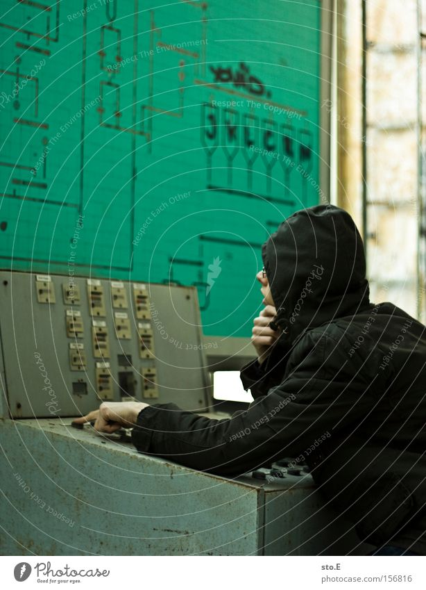 the controller pt.2 Mensch Einsamkeit Denken Industrie verfallen schäbig Kontrolle Schalter drücken Hauptstelle Schichtarbeit überwachen Schaltpult
