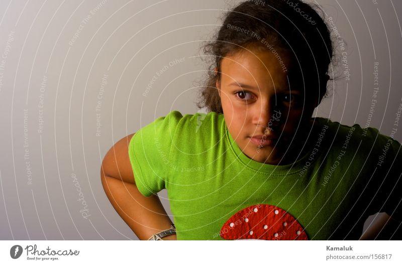 Pilz Top Mädchen Jugendliche grün rot weiß Porträt Kind