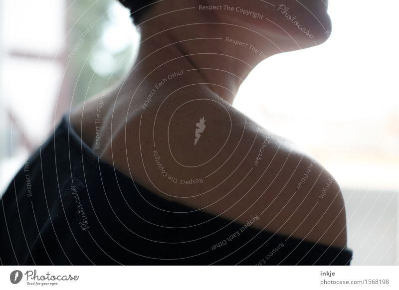 Schulter Mensch Frau schön Erwachsene Leben Stil Lifestyle Körper Rücken T-Shirt dünn Schulter Sinnesorgane Pullover Kur Streiflicht