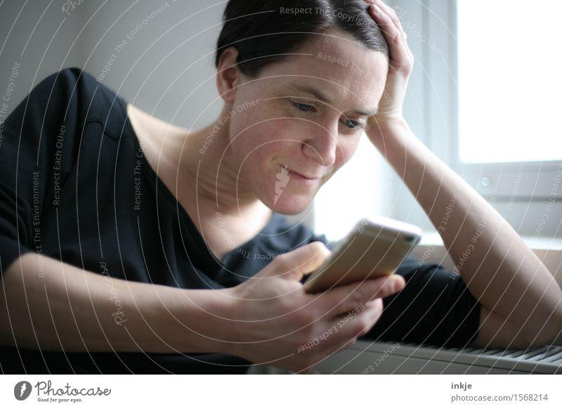 Freundliche Frau mit Smartphone Lifestyle Freizeit & Hobby Handy PDA Unterhaltungselektronik Telekommunikation Erwachsene Leben Gesicht Oberkörper 1 Mensch