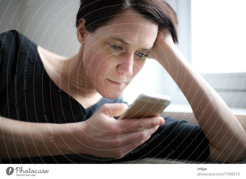 Surfen Lifestyle Stil Freizeit & Hobby Handy PDA Telekommunikation Frau Erwachsene Leben Gesicht 1 Mensch 30-45 Jahre lesen Blick modern Neugier Interesse