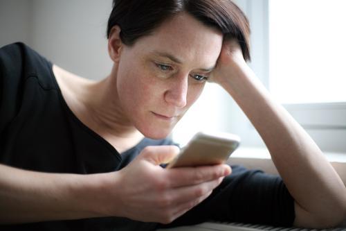 Surfen Mensch Frau Hand Gesicht Erwachsene Leben Stil Lifestyle Freizeit & Hobby modern Kommunizieren Telekommunikation lesen Neugier Information Handy