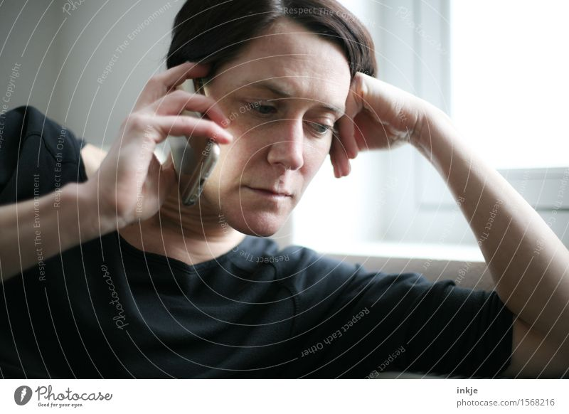 Anruf Mensch Frau Hand ruhig Gesicht Erwachsene Leben Lifestyle Freizeit & Hobby Kommunizieren Arme warten Telekommunikation Information Gelassenheit Handy