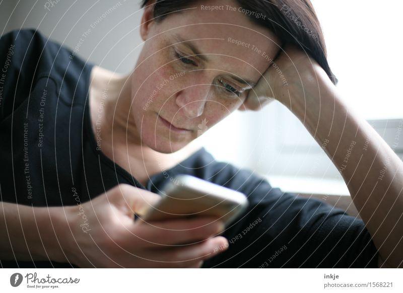 sms Mensch Frau Gesicht Erwachsene Leben Stil Lifestyle Freizeit & Hobby Kommunizieren Telekommunikation lesen Neugier Netzwerk Internet Handy Gesellschaft (Soziologie)