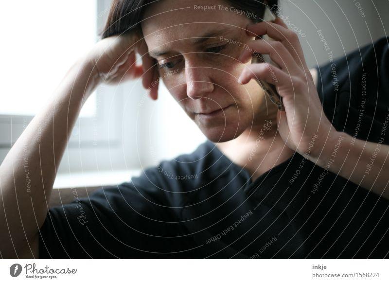 Zuhören Lifestyle Stil Freizeit & Hobby Handy PDA Telekommunikation Frau Erwachsene Leben Gesicht 1 Mensch 30-45 Jahre Kommunizieren Telefongespräch Neugier