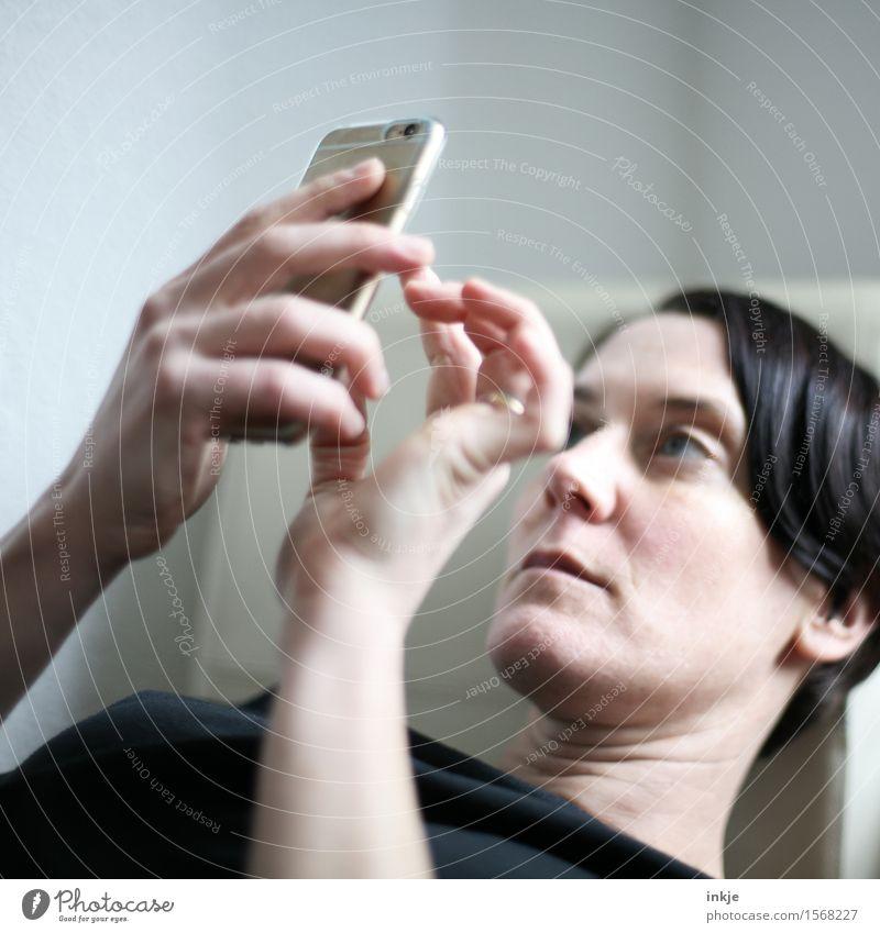 Spieltrieb - tickern Lifestyle Freizeit & Hobby Spielen Handy PDA Unterhaltungselektronik Internet Frau Erwachsene Leben Gesicht 1 Mensch 30-45 Jahre lesen