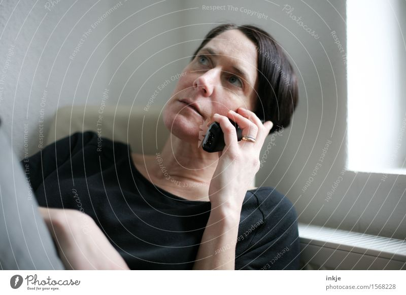 telefonieren Lifestyle Stil Freizeit & Hobby Telefon Funktelefon Telekommunikation Frau Erwachsene Leben Kopf Gesicht Hand 1 Mensch 30-45 Jahre hören