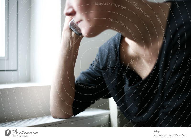 Telefonierende Frau am Fenster Lifestyle Stil Handy PDA Telekommunikation Erwachsene Leben 1 Mensch 30-45 Jahre hören Kommunizieren Telefongespräch Fensterbrett