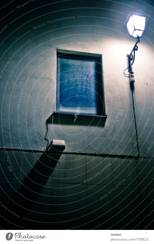 dunkel Einsamkeit Lampe Fenster Fassade leer gruselig Laterne halbdunkel