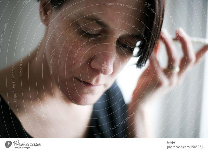 Sprachnachricht Mensch Frau Hand Gesicht Erwachsene Leben Stil Lifestyle modern Kommunizieren Telekommunikation Neugier Information Handy hören Konzentration