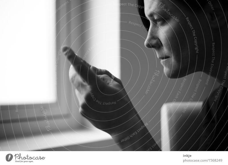 Spieltrieb - Surfen Mensch Frau Hand Gesicht Erwachsene Leben Gefühle Lifestyle Spielen Freizeit & Hobby Internet Handy Konzentration online PDA Video