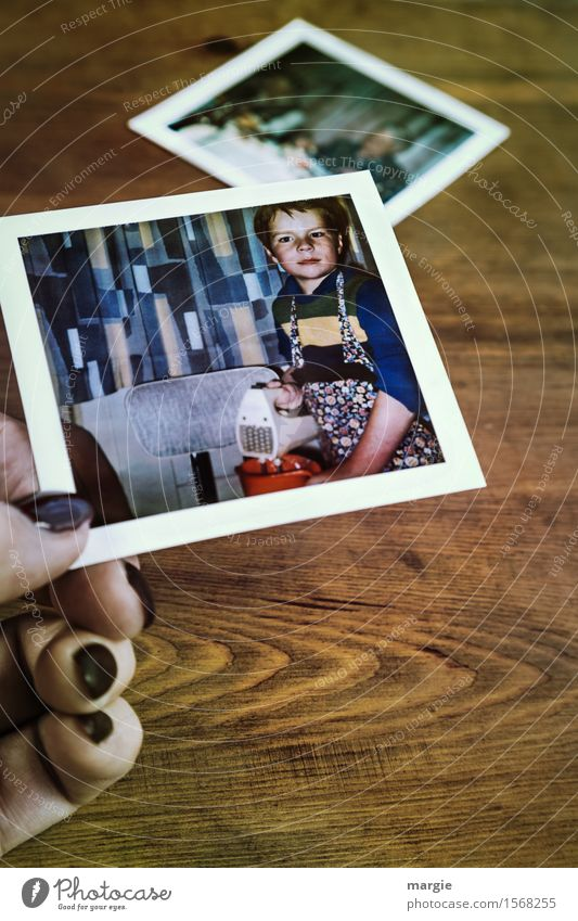 Backen macht Spaß! Foto eines kleinen Jungen mit Schürze beim Teig rühren Ernährung Freizeit & Hobby Koch Küche maskulin Kind 1 Mensch 3-8 Jahre Kindheit blau