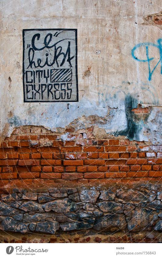 Erklärung Typographie Text Wand Mauer Demontage Backstein rot Stein Hinweis Eisenbahn Reisefotografie Express Bahnhof Verkehrswege Graffiti Wandmalereien