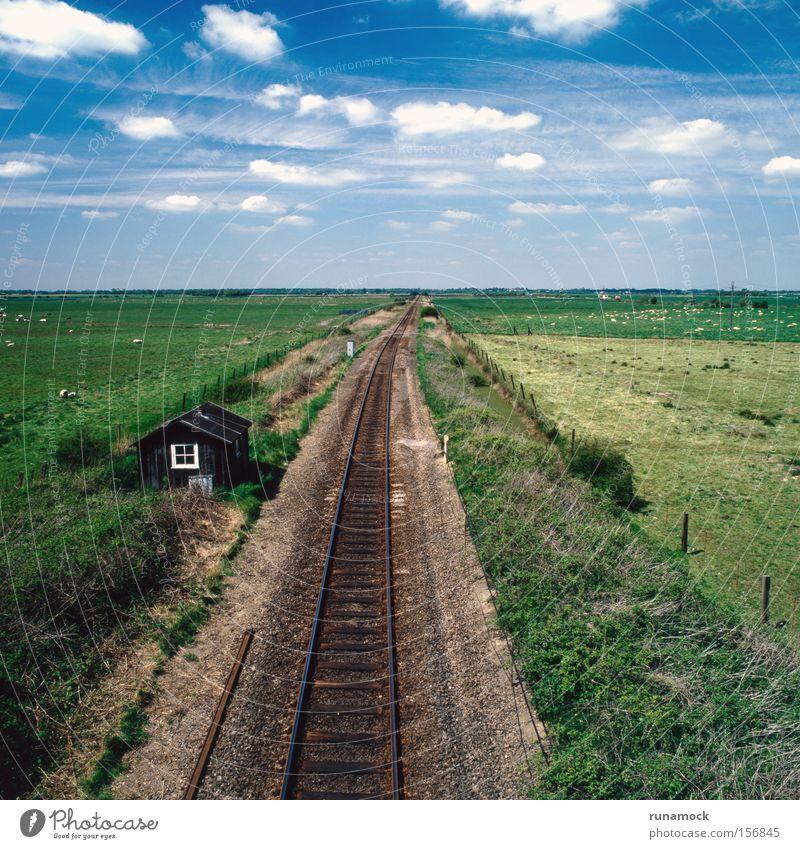 Ferne Linie Metall Verkehr Eisenbahn Kommunizieren Spuren Stahl England Kies flach platt Verkehrsmittel Zeile Ausflugsziel
