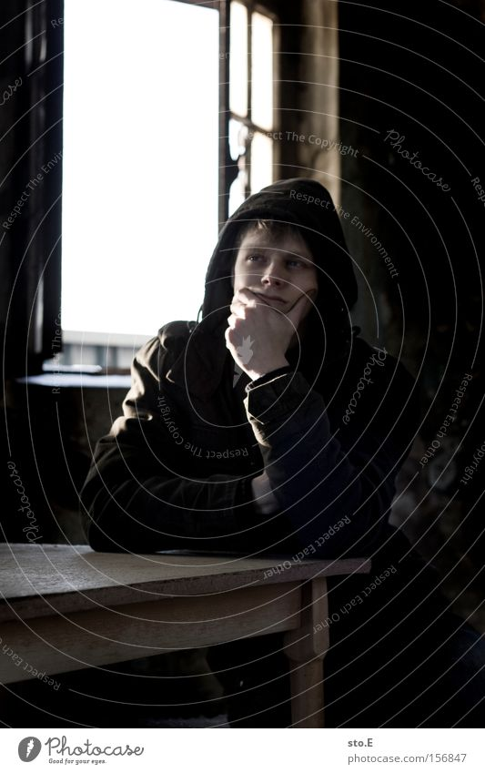 denker Mensch Fenster Glas Fensterscheibe Scheibe verfallen schäbig Tisch Denken Porträt Gedanke unheimlich Mann Konzentration Einsamkeit nachdenklich