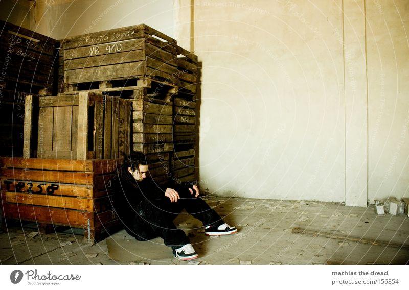 Sitzen Gelassen Mann Rastalocken Trauer Einsamkeit Müdigkeit dreckig gruselig bedrohlich verfallen Vergänglichkeit dread Traurigkeit Erschöpfung Holzkiste Scham