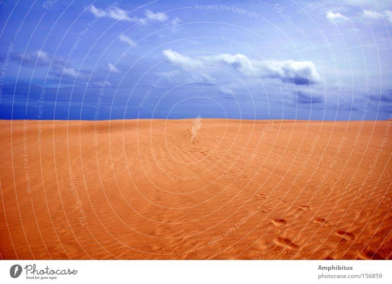 Spuren im Sand Himmel blau Wolken Einsamkeit gelb Wüste