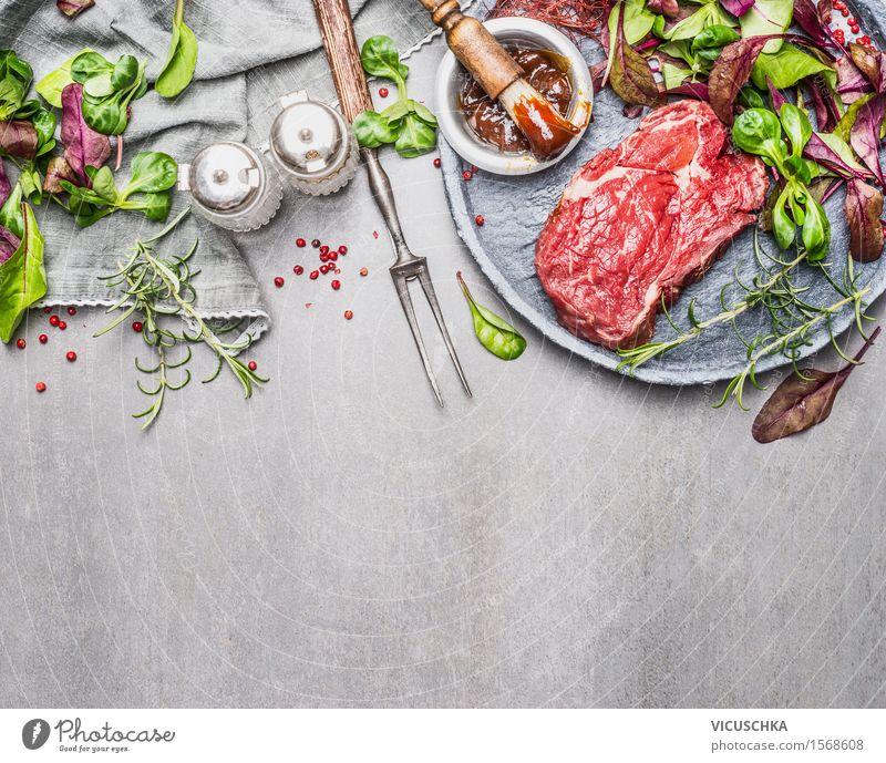 Steak und grünen Salat. Fleisch fürs Grillen zubereiten Lebensmittel Salatbeilage Kräuter & Gewürze Öl Ernährung Mittagessen Abendessen Picknick Bioprodukte