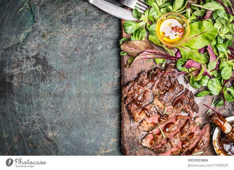 Grillsteak mit grünem Salat Lebensmittel Fleisch Gemüse Salatbeilage Kräuter & Gewürze Öl Ernährung Mittagessen Abendessen Büffet Brunch Geschäftsessen Picknick