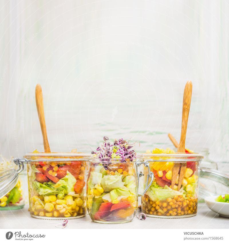 Salate in Gläsern mit Gemüse, Linsen , Mais und Sprossen Sommer Gesunde Ernährung Leben Stil Lifestyle Lebensmittel hell Design Textfreiraum Glas Tisch Getreide