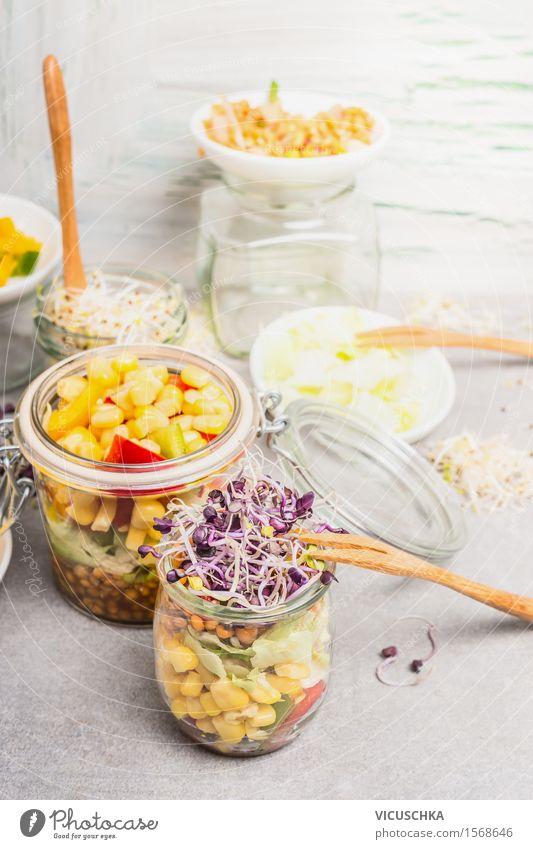 Gemüse Salate mit Mais und Sprossen in Gläsern Sommer Gesunde Ernährung gelb Leben Stil Lifestyle Lebensmittel Party Design Glas Tisch Kräuter & Gewürze Küche