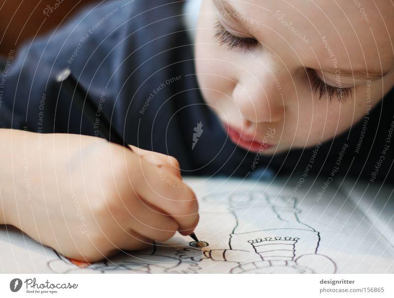versunken Kind Junge Kunst lernen Kindheit Konzentration Schreibstift zeichnen Gemälde Kreativität Kindergarten Künstler Farbstift imitieren