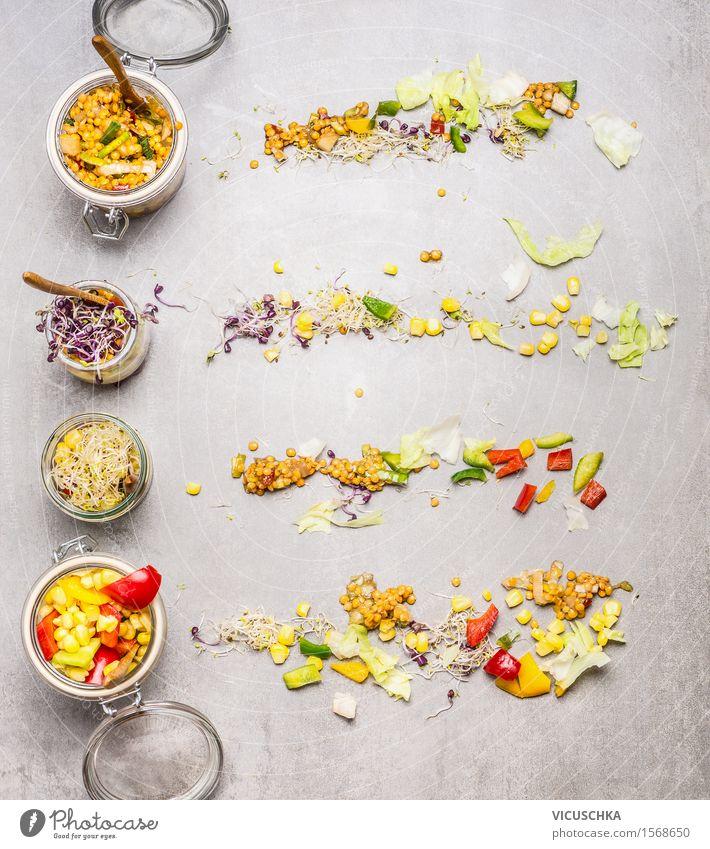 Salate in Gläsern zum Mitnehmen Gesunde Ernährung gelb Leben Speise Essen Foodfotografie Stil Lifestyle Lebensmittel Design Glas Tisch Küche Gemüse Bioprodukte