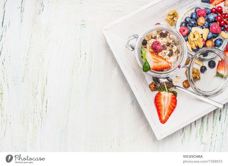 Gesundes Frühstück mit Müsli im Glas und Beeren Sommer Gesunde Ernährung Leben Stil Hintergrundbild Lifestyle Lebensmittel Design Frucht Häusliches Leben Glas Ernährung Tisch Fitness Getreide Bioprodukte