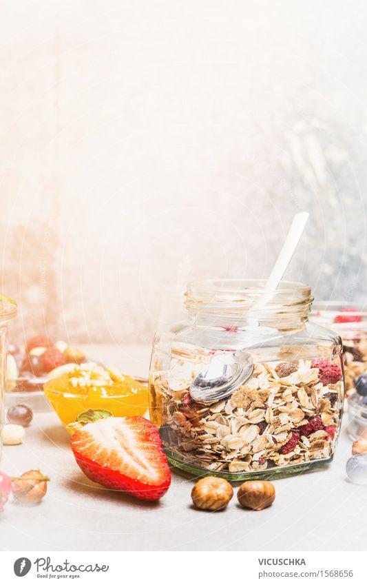 Gesundes Frühstück mit Müsli im Glas Lebensmittel Frucht Getreide Dessert Ernährung Bioprodukte Vegetarische Ernährung Diät Löffel Gesunde Ernährung