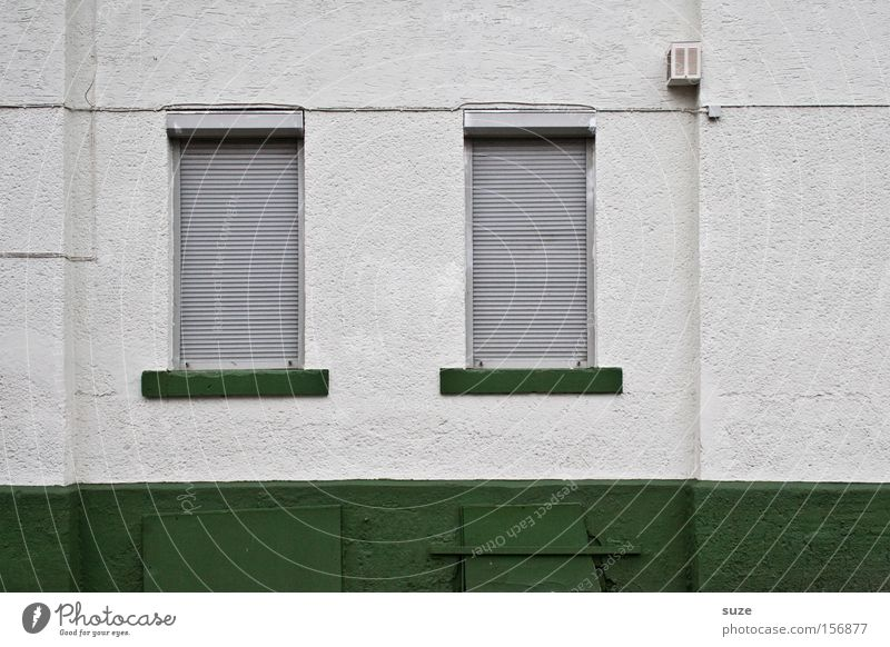 Sonntag weiß grün Haus Fenster Wand Mauer Linie Wohnung geschlossen paarweise trist Kabel Putz Altbau Jalousie Fensterbrett