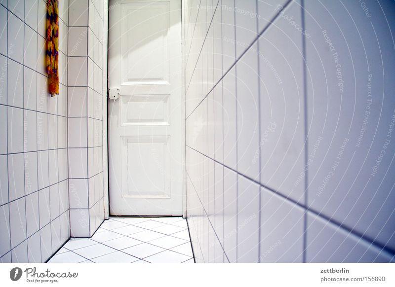 Friedenauer Sanitärtrakt Bad Fliesen u. Kacheln Fuge Tür Toilette Waschhaus Sauberkeit sanitär Handtuch Wand Boden Detailaufnahme Isolierung (Material)