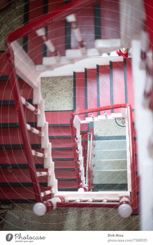Birtes Treppenhaus Haus Bauwerk Gebäude Architektur alt eckig unten rot Höhenangst Angst bedrohlich Kontrolle Mut Perspektive Ferne Risiko Sicherheit Vertrauen