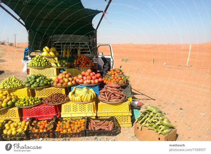Wüstenobst Frucht Orange Mango Banane Sand Wolkenloser Himmel frisch Gesundheit heiß lecker verkaufen Farbfoto Außenaufnahme Menschenleer Textfreiraum rechts