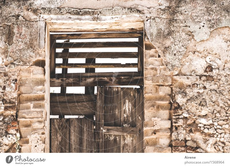 oben offen Wohnung Hausbau Renovieren Havanna Kuba Menschenleer Altbau Mauer Wand Tür Türspion Lüftungsschlitz Holz Backstein alt dunkel einfach kaputt braun