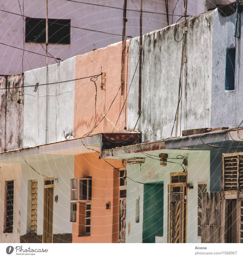 witterungsabhängig grün Farbe Haus dunkel braun Fassade orange dreckig trist Armut einfach exotisch Altstadt bleich Kuba schlechtes Wetter