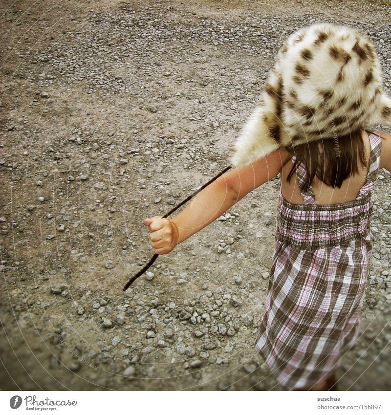 kind auf kies mit fellmütze .. was sonst ... Kind Mädchen Kleid Sommer Wärme Winter Kies Spielen Freude Stil Fellmütze seltsam skurril Freiheit Kindheit
