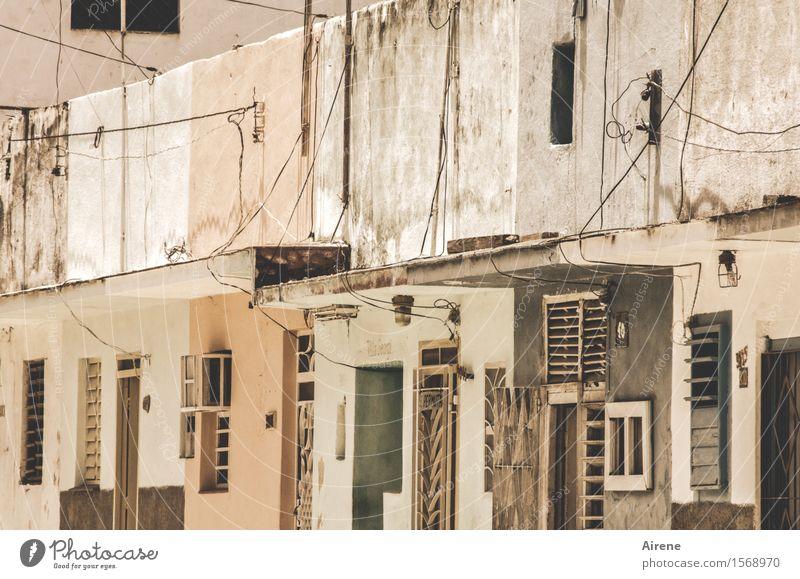 einfallsreich Stadt alt Haus Fenster Straße Wand Mauer braun Fassade Häusliches Leben Tür Kreativität Armut einfach Kabel Dorf