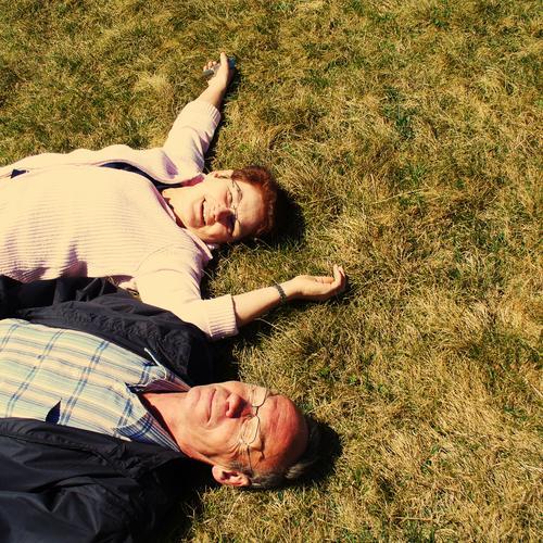 rumliegen Lebensfreude Wiese Erholung Mensch Ehepaar genießen Sommer Paar lachen Glück Zufriedenheit Vertrauen Senior Liebe fast Rentner Erwachsene Liebespaar