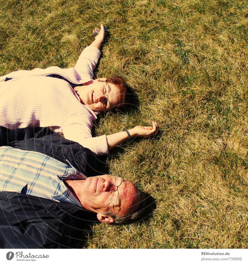 rumliegen Mensch Sommer Senior Liebe Erholung Wiese Glück lachen Paar Zufriedenheit Aktion Freude liegen Vertrauen Lebensfreude