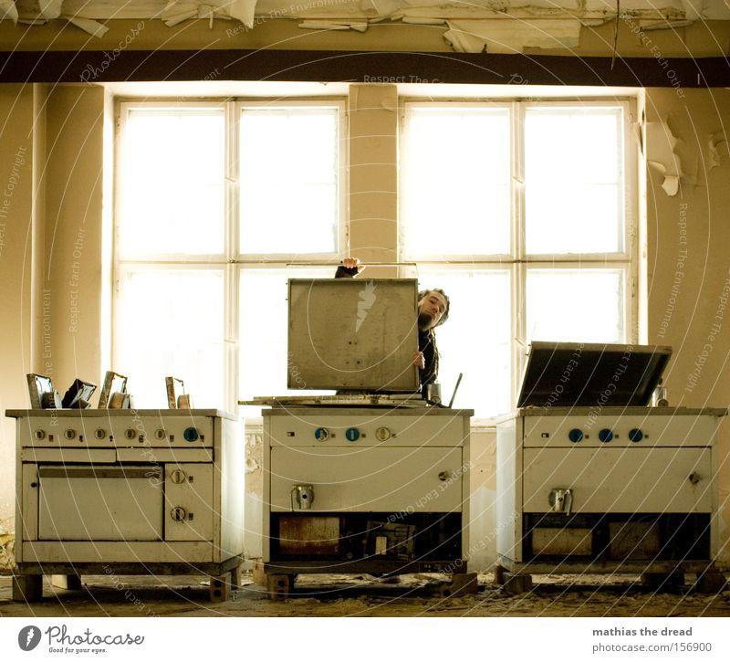 AB IN DEN KESSEL Mann alt Einsamkeit Fenster Ernährung Kochen & Garen & Backen Küche verfallen Gastronomie Produktion Saal Speisesaal Herd & Backofen Kantine Kessel