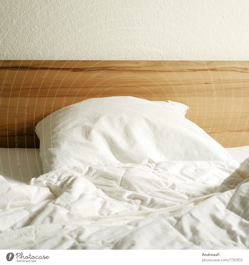 Schlummerland weiß Holz Häusliches Leben leer weich Bett Bettwäsche Falte Möbel Wäsche kuschlig Bettdecke gebraucht Kopfkissen Schlafplatz Federbett