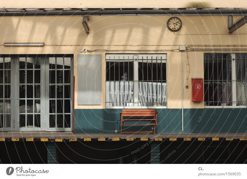 zehn nach vier Fenster Wand Mauer Zeit Uhr Tür Pause Bank Gitter stagnierend