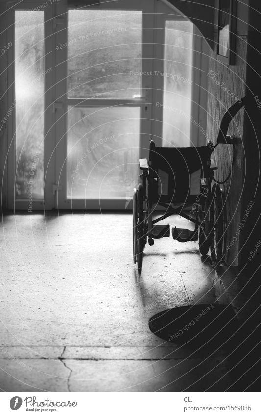 rollstuhl Einsamkeit Fenster Traurigkeit Senior Gesundheit Tod Gesundheitswesen Tür Vergänglichkeit Trauer Krankheit Krankenhaus Flur stagnierend Krankenpflege