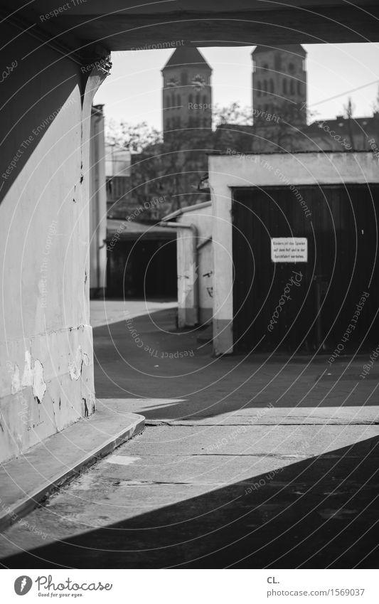 flingern Stadt Haus Kirche Gebäude Architektur Garage Mauer Wand Garagentor Einfahrt trist Wege & Pfade Hinterhof Schwarzweißfoto Außenaufnahme Menschenleer Tag