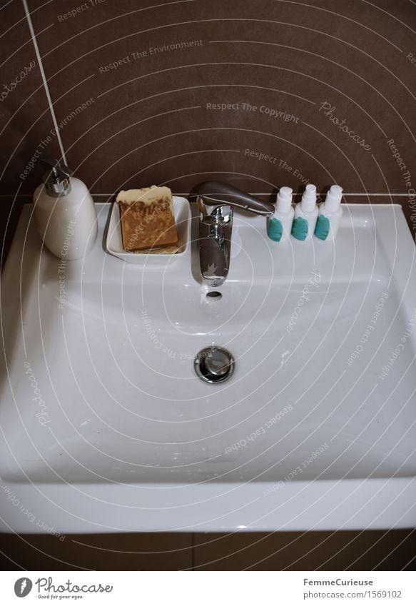 Gut sortiert. schön Körperpflege Gesicht Kosmetik Creme Sauberkeit Seife Schalen & Schüsseln Pflegeprodukte Gesichtspflege Flasche Wasserhahn Waschbecken weiß