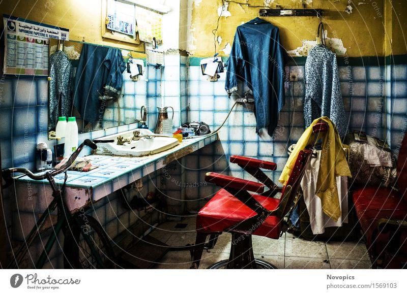 hair salon in Marrakech - Marocco Haare & Frisuren Wohnzimmer Handwerker Architektur Bekleidung blau gelb rot Stillleben Strassenfotografie Streetphotography