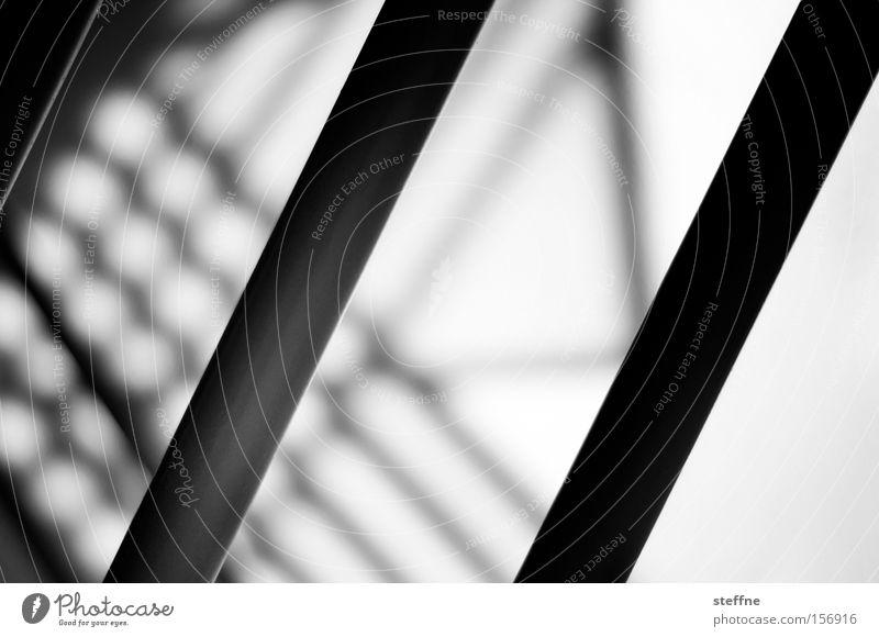 Hinter Gittern Stab Justizvollzugsanstalt Treppe Geländer Treppengeländer Schatten Silhouette gefangen Detailaufnahme Irritation