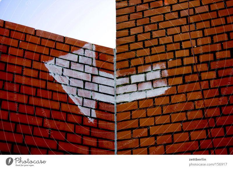 Links Pfeil rechts links Richtung abbiegen Knick Mauer Ecke Wandel & Veränderung Orientierung Navigation Detailaufnahme Hinweisschild Kommunizieren kurs